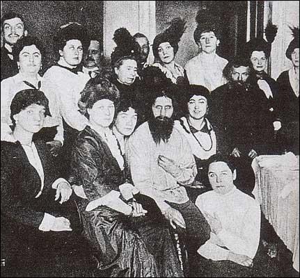 Qui est cet homme au centre de la photo ?
