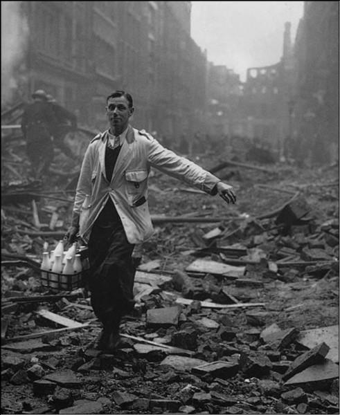 Un livreur de lait en 1940 dans une ville bombardée, quelle est cette ville ?