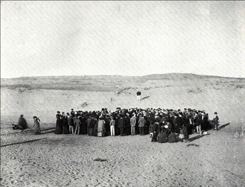 Une centaine de personnes participent à une loterie pour diviser un terrain de 4 hectares de dunes de sable. Ce terrain deviendra la ville de ..