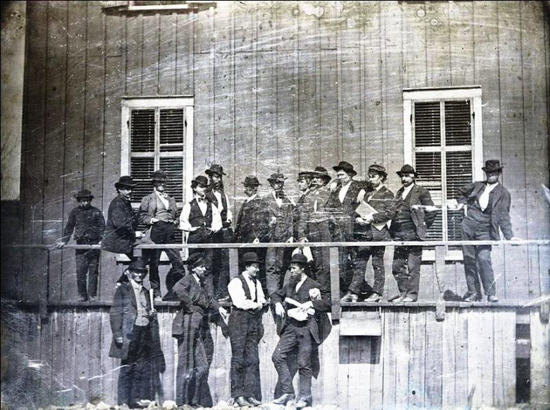Un groupe d'hommes attend l'ouverture d'un marché à Saint Louis (Missouri, EU) en 1852, de quel type de marché s'agit-il ?