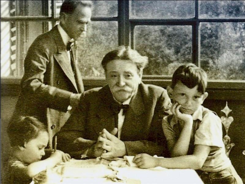 Eduard Bloch avec sa famille (1938). D'origines autrichienne et juive, il bénéficia d'une protection rapprochée de la Gestapo et était nommé « le Juif Noble » par Adolf Hitler. Quelle était sa profession ?