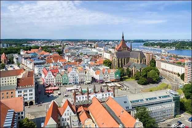 Cette ville allemande de 200 000 habitants sur la Baltique, ancienne ville hanséatique et principal port de la RDA jusqu'en 1990, c'est :