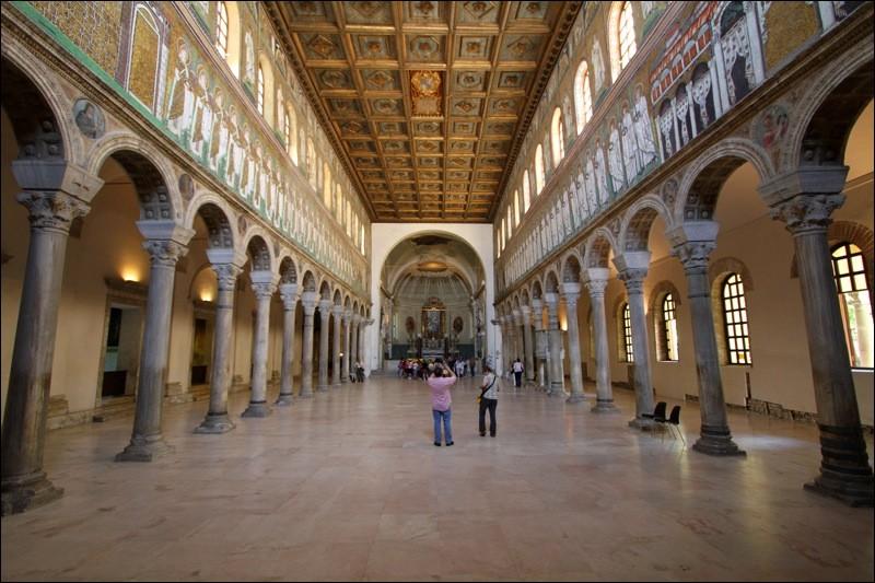 Cette ville italienne, proche de l'Adriatique, a été capitale de l'Empire romain d'Occident au Ve siècle puis capitale des rois Ostrogoths. La ville est célèbre pour ses monuments de style byzantin et leurs mosaïques. C'est :