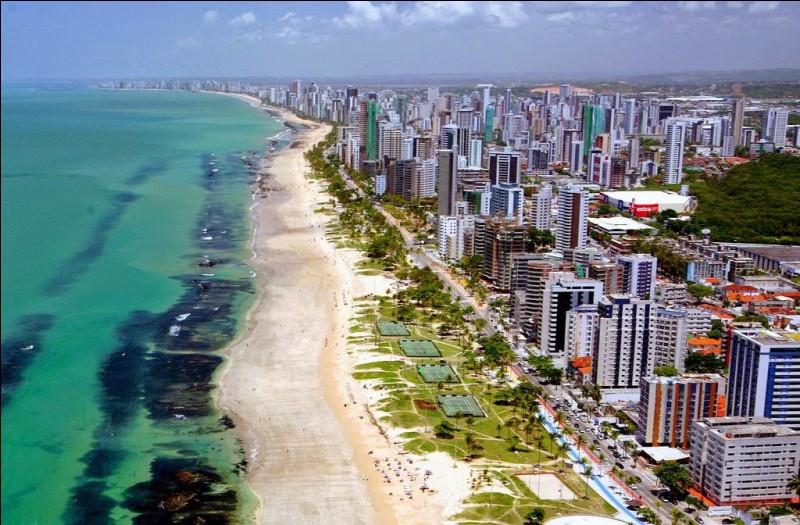 Cette ville brésilienne, capitale de l'État du Pernambouc, cinquième agglomération urbaine du pays avec 3,7 millions d'habitants, c'est :