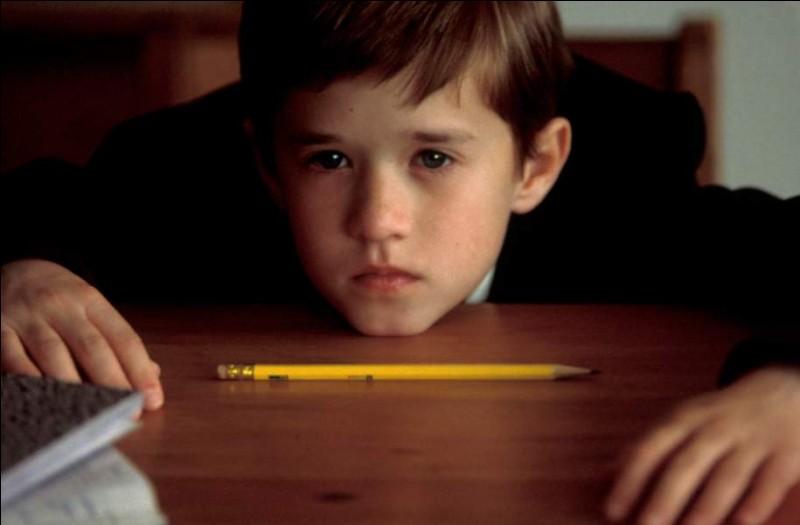 """Quel acteur joue aux côtés du jeune Haley Joel Osment dans le film """"Sixième Sens"""", en 1999 ?"""