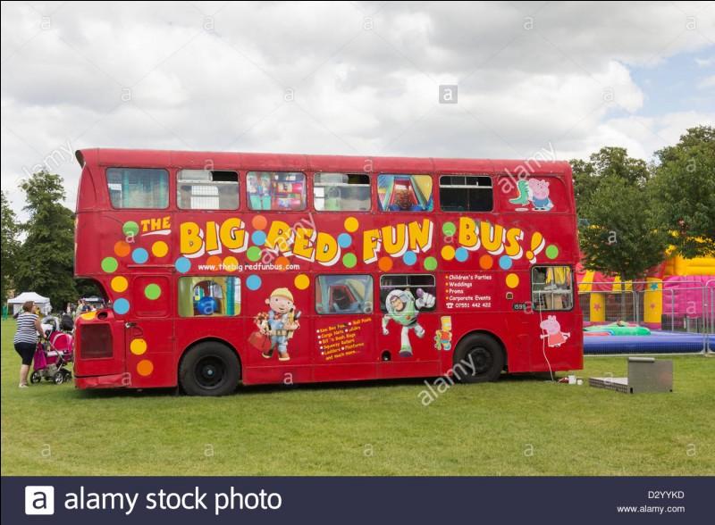 Le remplisseur de bus est payé pour s'asseoir dans les bus ; ainsi, les gens qui veulent prendre le bus croient-ils qu'il ne reste plus beaucoup de place, et se dépêchent d'aller acheter un billet.