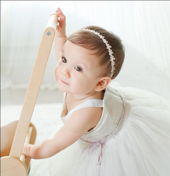Tu fais du baby-sitting en été. La petite fille que tu gardes s'est salie et il te faut la changer. Quels habits choisis-tu ?