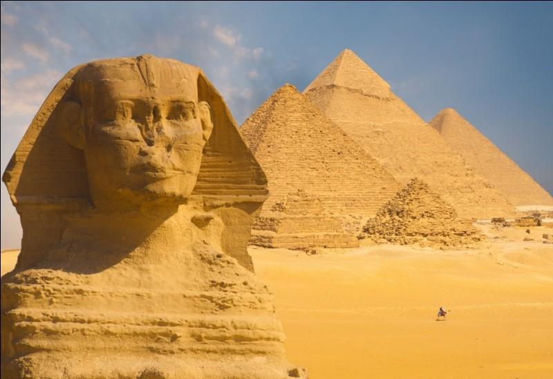 Tout commence par l'idée d'Imhotep : créer des tombeaux en forme de pyramide pour montrer la puissance des pharaons égyptiens. De cette idée, naissent les pyramides de Gizeh, bien plus tard. Le nom de quel pharaon porte la plus grande d'elles, construite en -2575 ?