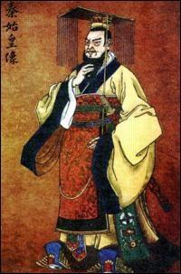 En -221, le roi Ying Zheng, descendant de la dynastie qui règne sur l'État de Qin, est le premier roi à unifier toute la Chine. Il prend le titre de Shi Huangdi et unifie la langue, mais aussi les mesures et l'écriture. Il fait construire la Grande Muraille de Chine pour protéger son empire. Mais de quel peuple barbare ?