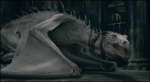 """Dans le film """"Harry Potter et les Reliques de la mort, part 1"""", dans quel endroit se trouve Harry Potter et ses amis Ron et Hermione lorsqu'ils affrontent un dragon ?"""
