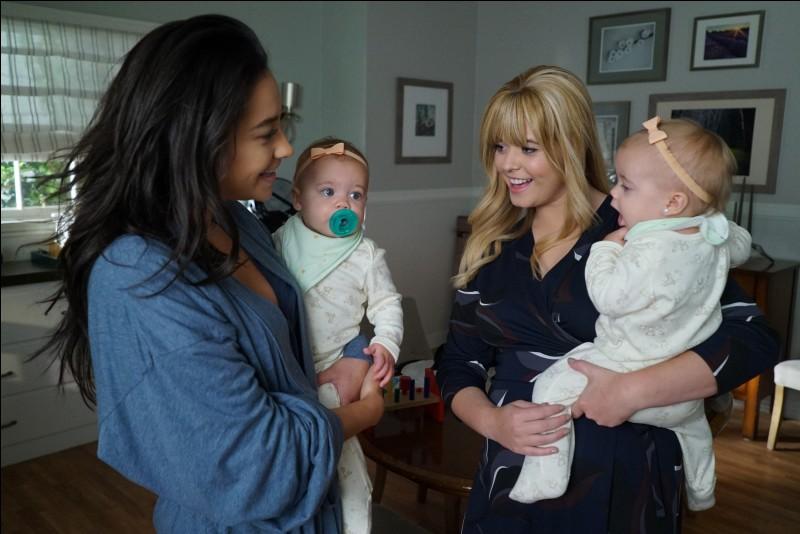 Emily et Alison vont avoir des jumelles. Qui en est le père ?