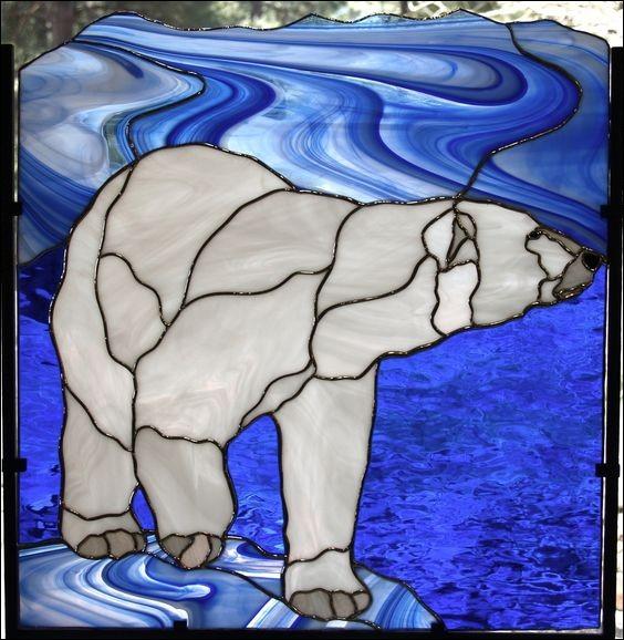 Au-dessous de sa magnifique fourrure, de quelle couleur est la peau de l'ours polaire ?