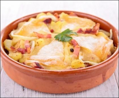 Quel plat est réalisé avec pommes de terres écrasées, lardons et reblochon, le tout étant passé au four ?