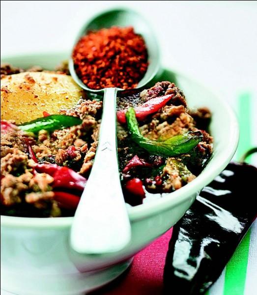 L'achoa est un plat typique de cette région. Avec quelle épice locale et bien connue est-il fabriqué ?