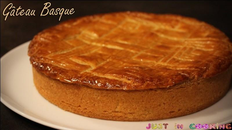 Avec quoi peut être garni le gâteau basque ?