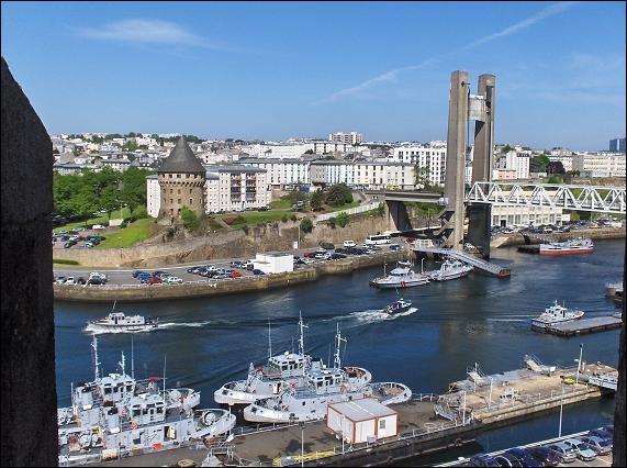 Il est bien situé au carrefour de grands courants maritimes, au fond de l'une des plus belles rades du monde, de 150 km². Première région agricole d'élevage de France, la Bretagne dispose d'un port à la mesure du développement de son économie agro-industrielle. Il est aussi à la pointe d'une riche région touristique : c'est le 1er port de plaisance breton et il dispose de deux marinas.