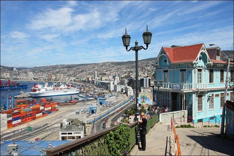 Une partie de la ville fut déclarée au patrimoine de l'Unesco en 2003. Les habitations du plus important port chilien se caractérisent par leurs variété de couleur et l'architecture, un style colonial avec d'autres styles européens dont le style victorien. '' Dans son cadre naturel en forme d'amphithéâtre, la ville se caractérise par un tissu urbain vernaculaire adapté aux collines. '' Unesco.