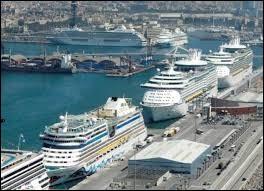 Cette superbe ville est aussi le premier port en Europe pour les croisières en Méditerranée : pas moins de 6 terminaux sont offerts aux voyageurs internationaux. Il y a un service de navette pour le centre ville, de même qu'une station de taxi, des cabines téléphoniques, des bureaux de change. En fait tout ce qu'il faut pour voyager sans soucis.