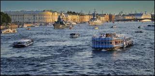Cette belle ville, située au fond du golfe de Finlande dans la Baltique, a été bâtie par Pierre le Grand en 1703 : auparavant c'étaient des marécages. Avec les excès du régime des tsars, la ville est devenue un lieu aux somptueux palais : des efforts ont maintenant été entrepris pour ceux qui sont en ruines. Dans le port, on offre des croisières sur la Neva.Les croisiéristes y séjournent 2 nuitées