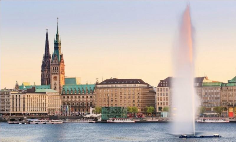 Plus grand port d'Allemagne, second d'Europe pour les conteneurs, il est situé au fond de l'estuaire de l'Elbe, à 144 km de la mer du Nord. Il a quand même été honoré de 430 329 passagers en 2012. Cette belle ville doit son existence au commerce entre autres avec la ligue hanséatique.