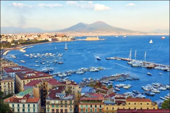 La troisième plus grande ville italienne se trouve au bord de la baie du même nom et elle est dominée par le mont Vésuve. C'est une belle cité historique et elle vous accueillera dans une agréable ambiance méditerranéenne : vous pourrez déambuler dans d'étroites ruelles datant de l'époque romaine. J'ai trouvé que même au cœur de l'été, le climat y était agréable.