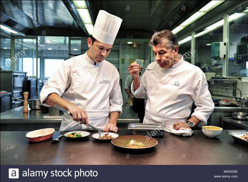 Quels sont les deux chefs du restaurant possédant 3 étoiles au guide Michelin ?