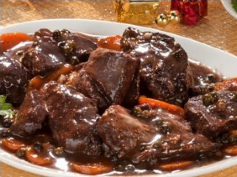Premier plat originaire de cette région : de la viande cuite longuement avec du vin rouge, des carottes, des oignons... Il y a autant de recettes différentes que de familles en France. Quel est-il ?