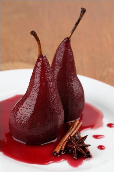 Comment est la poire pochée dans du vin rouge aromatisé à la cannelle et clous de girofle ?