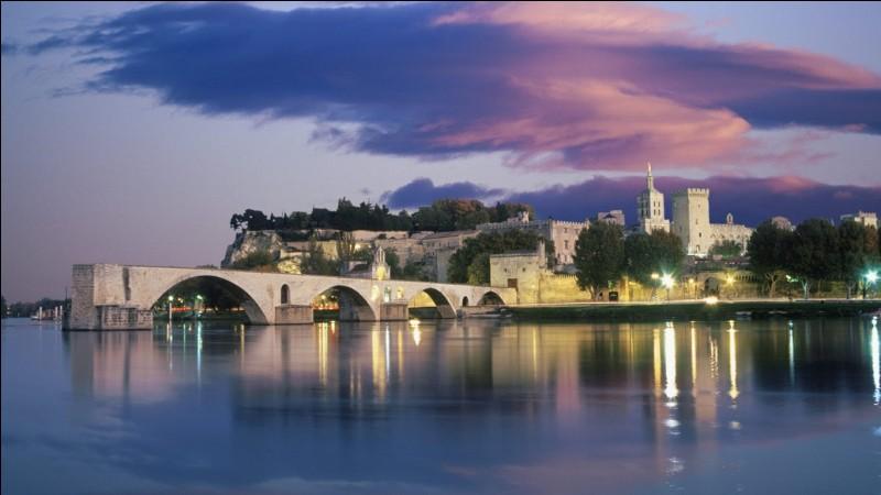 Quel est le nom du célèbre pont d'Avignon ?