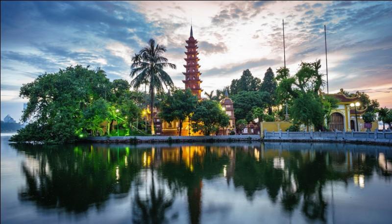 Sur les rives de quel fleuve est située la ville de Hanoï, au Viêt Nam ?