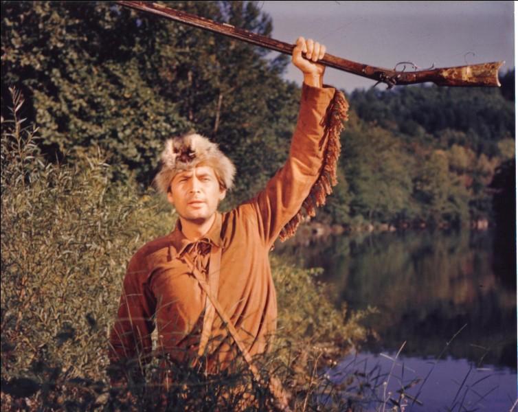 Dans ce film, Fort Alamo, il porte un chapeau fait avec un raton-laveur !
