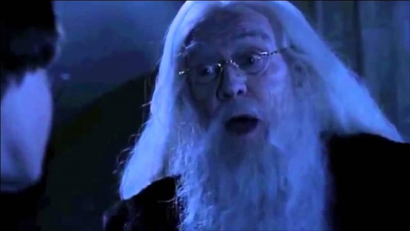 """Lors de sa troisième nuit devant le miroir, Harry rencontre Dumbledore, qui l'avertit des dangers du Miroir du Riséd : """"Ça ne fait pas grand bien de s'installer dans les rêves en oubliant de vivre."""" Harry demande ensuite à Dumbledore ce qu'il voit dans le miroir. Quelle est sa réponse ?"""