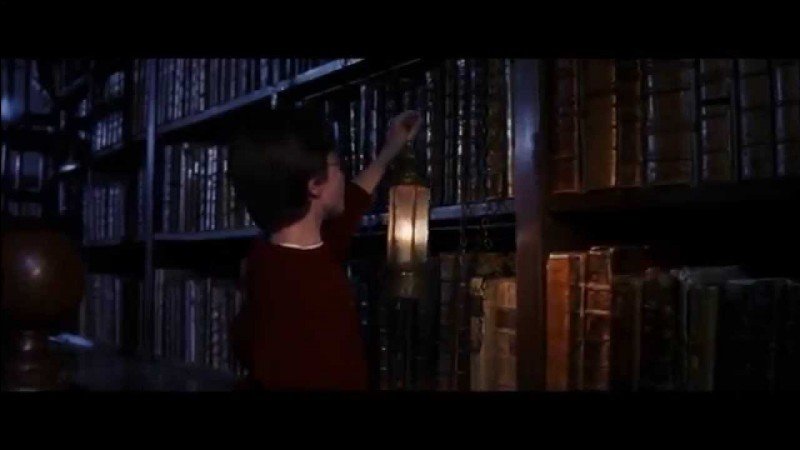 Durant la nuit, Harry décide d'inaugurer sa cape d'invisibilité en faisant un tour dans la réserve de la bibliothèque, afin de récolter des informations sur Nicolas Flamel. Après s'être attiré les colères d'un livre, il s'enfuit, mais Rusard devine que quelqu'un est hors de son lit. Qui le concierge informe-t-il de sa découverte ?