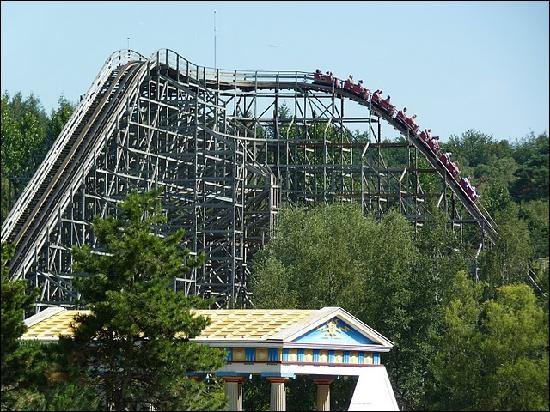 Quel est le nom de cette attraction en bois ouverte en 1997 et effectuant une chute de 29,9 mètres ?