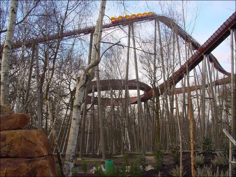 Ce bobsleigh ouvert en 2001 a été construit par Mack Rides. Quel est le nom de cette attraction ?