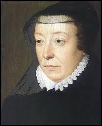 Cette reine italienne mariée à Henri II de France a provoqué le massacre de la Saint-Barthélemy. Suite à la mort de son mari, elle s'habilla en noir et garda cette tenue le reste de sa vie. C'était...
