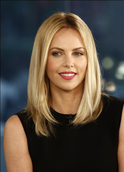 Charlize Theron est blonde.