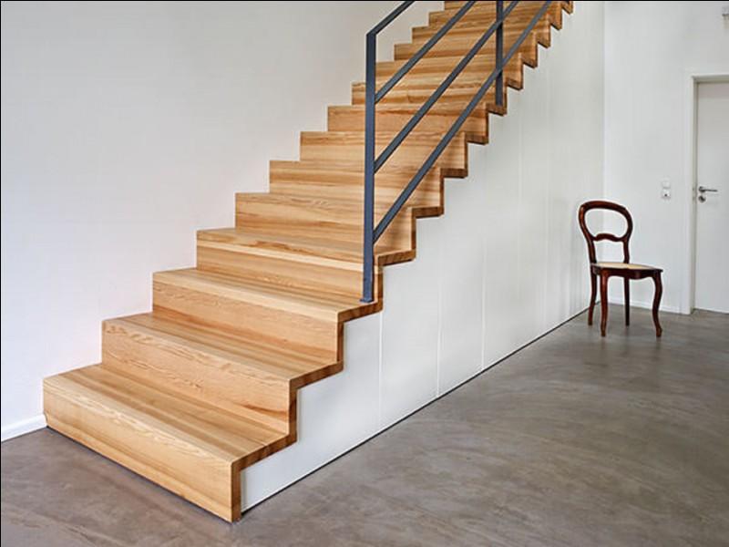 Qui est mort dans un escalier ?