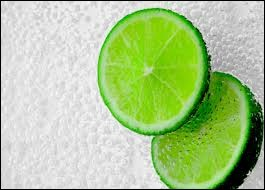 Combien y a-t-il de tranches de citron vert sur cette image ?