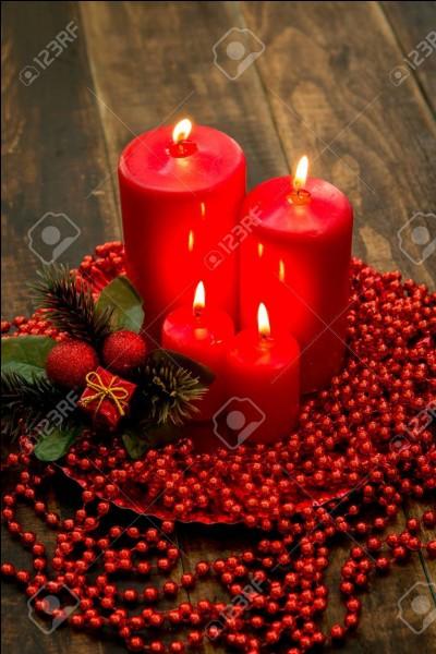 Combien y a-t-il de bougies rouges sur cette image ?