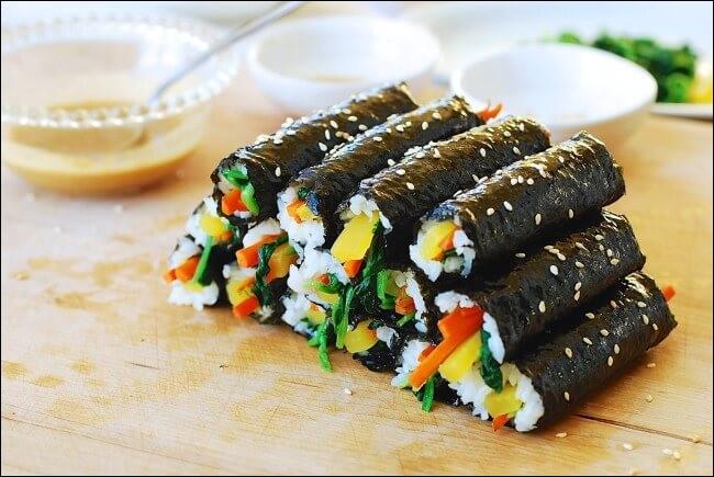 """Passons à la street food ! Ces délicieux rouleaux portent même le nom de """"drogue"""" tellement ils sont addictifs. Ce sont les..."""