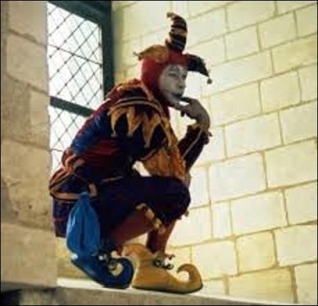 Histoire - Le bouffon, appelé aussi fou du roi ou fou, était un personnage comique qui avait pour rôle de divertir en faisant rire les gens, plus particulièrement les seigneurs et rois. Parmi les fous connus, figure Angély. De quel souverain était-il le bouffon ?