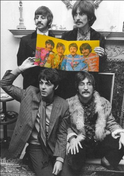 """Avant de devenir 4 garçons dans le vent, ils étaient trois ! Qui fut le dernier à intégrer le groupe qui portera alors, le nom des """"Beatles"""" en 1963 ?"""
