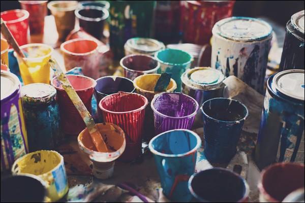 Quel terme désigne une œuvre picturale réalisée avec des petits morceaux colorés de matériau dur ?