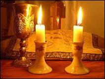 Le shabbat est le jour de repos assigné au septième jour de la semaine juive, le samedi, qui commence dès la tombée de la nuit du vendredi soir.