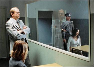 Quel est le nom de ce miroir permettant à quelqu'un placé derrière, de voir sans être vu ?