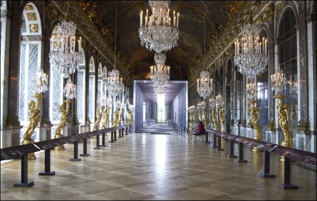 Combien la galerie des Glaces du château de Versailles, compte-t-elle de glaces, sachant qu'il y a 21 glaces à chacune des 17 arches faisant face à 17 fenêtres ?