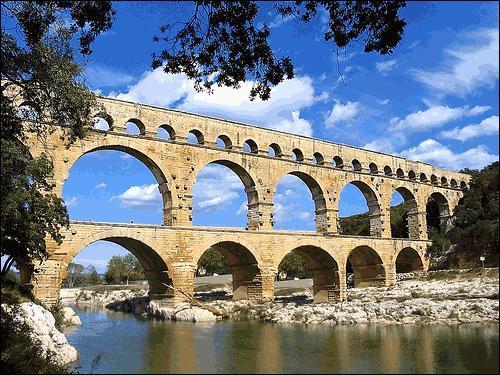 À l'origine, le pont du Gard était un...
