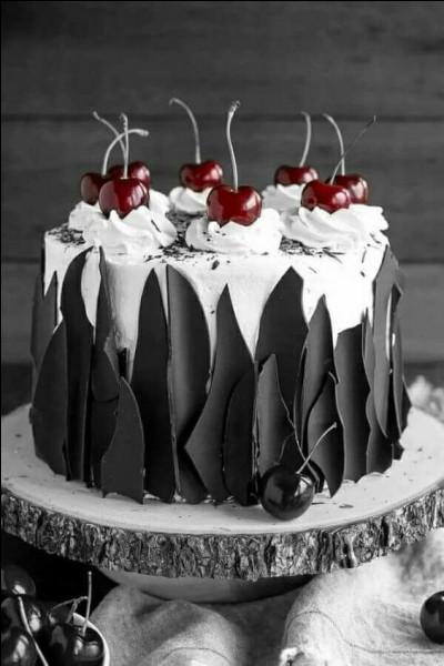 Quel gâteau est toujours surmonté de cerises ? (photo décorative)