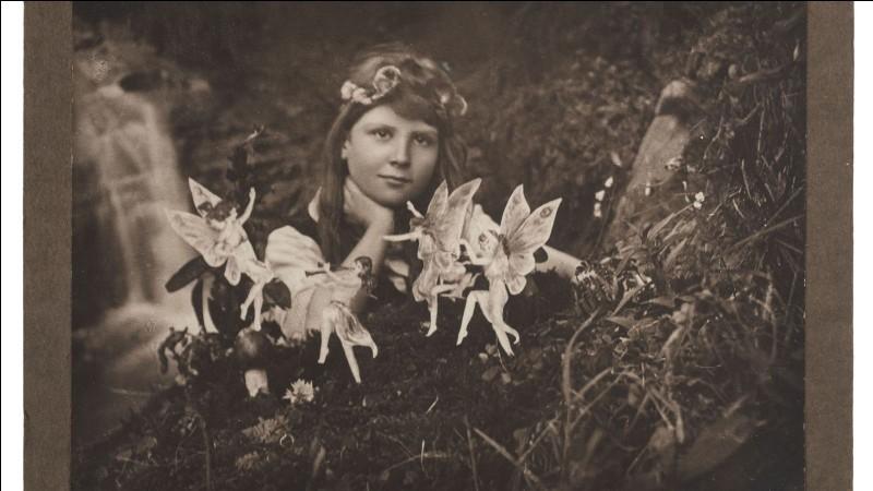En 1917 Elsie Wright et Frances Griffiths, deux cousines de 16 et 10 ans se photographient en compagnie d'êtres surnaturels. Quels étaient-ils ?